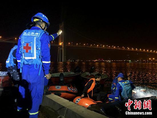 图为蓝天救援队队员正乘着冲锋舟驶往事发江面。 刘相琳 摄