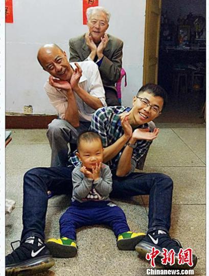 四川一中学教师传承家风制作视频《穿越时空说我爱您》