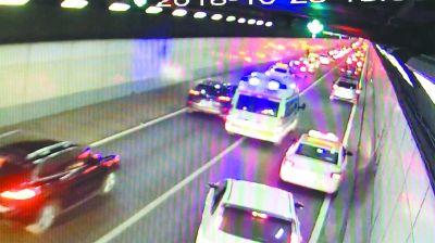 """晚高峰,急救车5分42秒通过长江隧道 270多辆车让出""""生命车道"""""""
