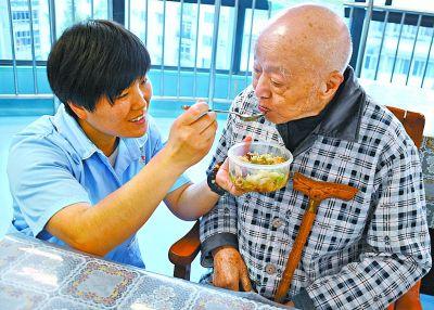 武汉养老护理员潜在需求超4万 在岗仅有5000人