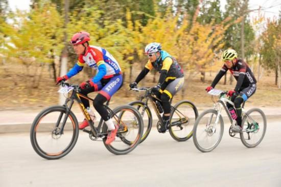 宁夏800名自行车骑手阅海湖畔展现运动之美