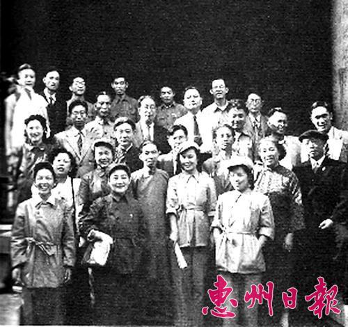 部分滞留香港文化人士被营救来到东江游击区。