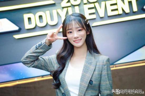 Rookie公布恋情 女友是英雄联盟官方主持人小钰
