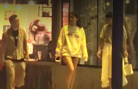 陈奕迅一家三口罕见同框 女儿陈康堤长腿逆天