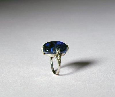白金镶蓝宝石戒指