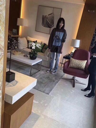 网友偶遇郑爽上海看房 打扮十分的亲民