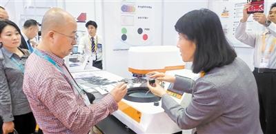 <p>  宁夏金海逸环保设备工程有限公司总经理吕忱对智能及高端智能装备制造展区兴趣浓厚。</p>