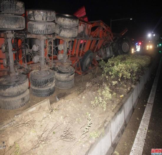 S264省道高邮段一天两货车侧翻  秋冬换季开车要注意