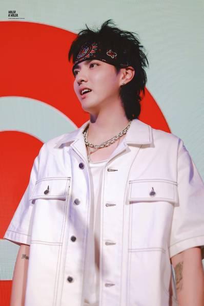 吴亦凡出席新专辑发行派对 头顶菠萝头造型神似道明寺