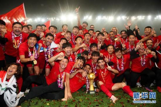 (体育)(1)足球――中超:上海上港首次问鼎中超联赛
