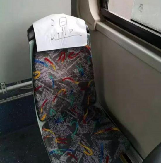 杭州公交车上一张纸条火了!只有一个字暖到无数人