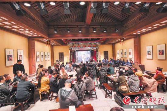 长沙市非物质文化遗产展示馆设有戏园,再现了老长沙常见的台下围着八仙桌看戏的场景。