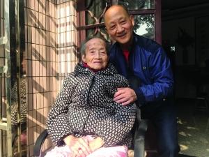 """常州男子照顾百岁摔伤母亲 写下4本""""孝娘日记"""""""
