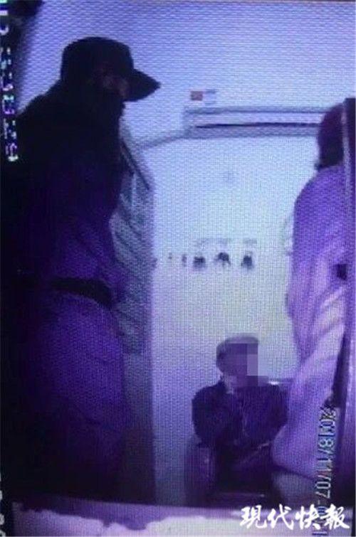男子持刀架脖要自杀 连云港民警一记弹弓击中他手腕