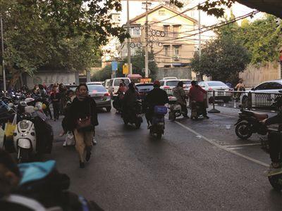 南京鼓楼区汉口路小学周围成停车场 上学放学堵到心塞