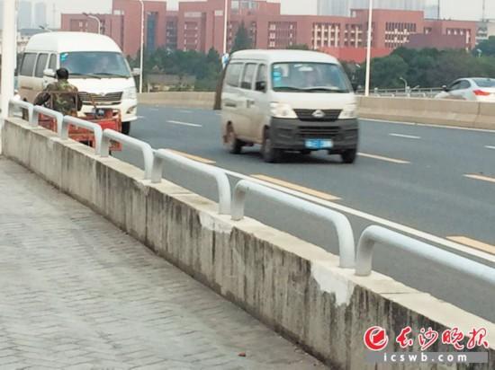 在红旗路浏阳河桥上,三轮车逆行在密集的车流中。长沙晚报记者 谢春年 摄