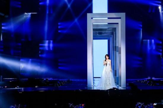秦岚身穿白色纱裙温情献唱《白月光》