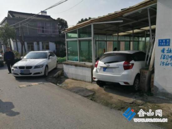鎮江兩車會車時發生碰撞 一車沖進居民陽光房