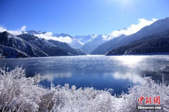 新疆昌吉州阜康市天山天池景区笼罩在冰雪世界里,格外妖娆