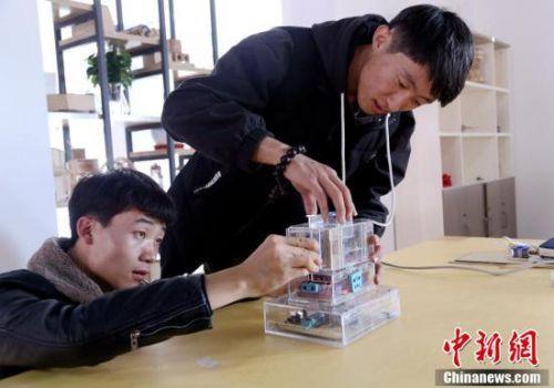 青海学生发明智能插座 获实用新型专利