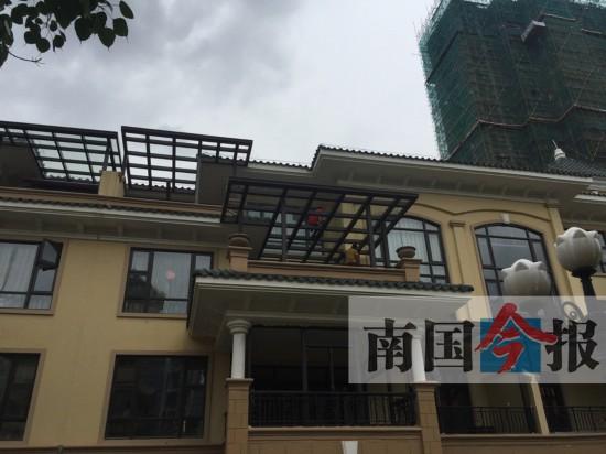 柳州某小区统一搭建挡雨玻璃棚 已被立案调查(图)