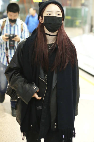 """""""火箭少女""""孟美岐现身机场 黑色皮衣帅气十足"""