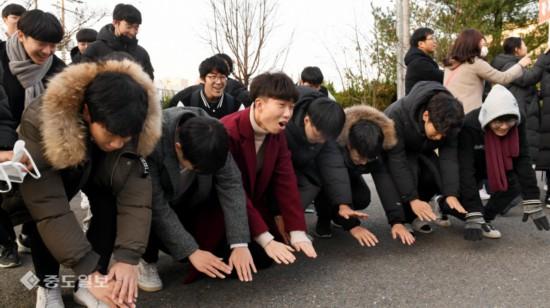 """�n��今天高考:子弟跪地叩�^高喊""""�W�L不�妥x""""!(�D)(��保�e:��W家教jxfudao.com/xuesheng)"""