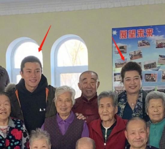 賈乃亮與母親養老院探望老人 畫面和諧有愛