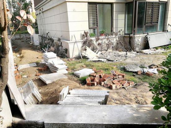 """淮安绿地世纪城五期出现许多个违建""""私家花园"""""""