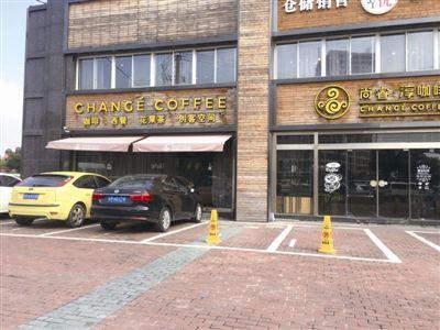 靖江多地沿街商家私设路障 占用公共停车泊位