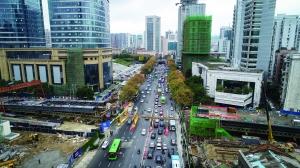 图为11月15日航拍正在建设中的人民大道跨北京路桥。