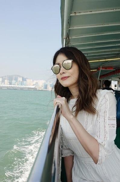 陳慧琳晒清新美照 身穿白色連身裙一臉悠閑