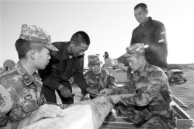 企业技术员向官兵们传授装备维修技巧。 李仁锡 摄
