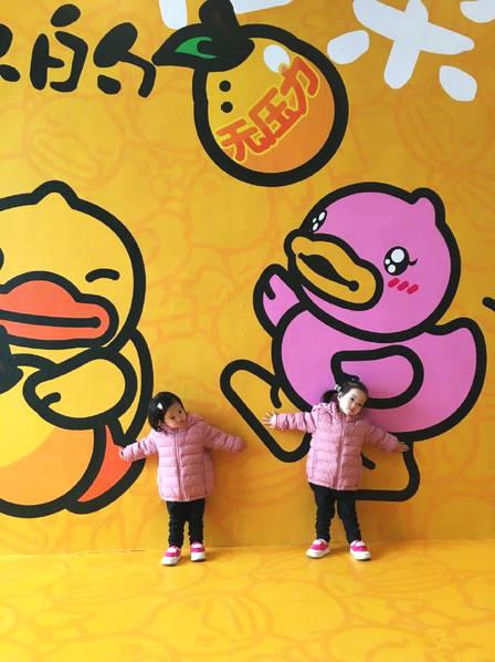 楊雲晒雙胞胎女兒照片 一舉一動軟萌可愛!