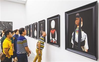 """中德国际摄影艺术展三亚开展此次展览的主题为""""复制之外"""",12位来自中国、德国的艺术家通过摄影作品,展示出""""其它肖像""""等4类主题。"""