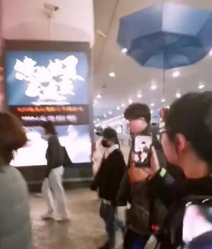毛不易晒照惹網友圍觀 雨傘翹上天十分搞笑