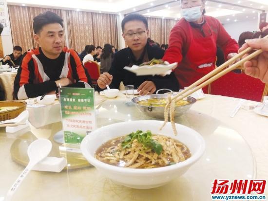 """扬州推行""""公筷行动"""" 公筷公勺摆上农家宴餐桌"""