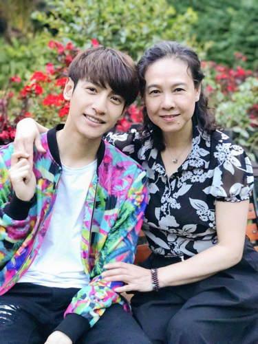 娱乐圈中男明星和妈妈的合影罗云熙阳光帅气