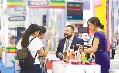 """让海南咖啡从地域化走向国际化本次咖啡大会力求提升海南咖啡的国际知名度和美誉度,推动""""一带一路""""沿线国家和地区之间在咖啡经贸、咖啡文化等领域的交流与合作。"""
