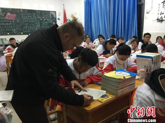 """外教夫妻走进贵州""""大山""""让学英语成为轻松事"""
