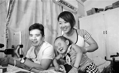 妻子悉心照顾12年瘫痪小伙直播爱情故事成网红