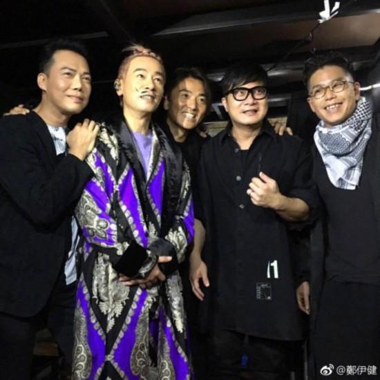 陈小春巡演穿紫袍与众兄弟同框