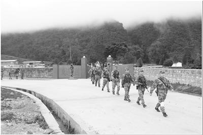墨脫邊防營某連門口的水泥路,直通巡邏點位。馬軍 攝