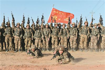 """""""紅一連""""官兵在連旗下組織小比武、小競賽。 麥敦源 攝"""