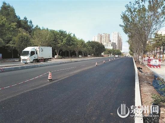 南环路开始铺设沥青 明年春节前主路通车(中建国际投资福建公司 供图)
