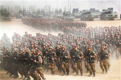 2018年1月3日,中央軍委舉行2018年開訓動員大會,中共中央總書記、國家主席、中央軍委主席習近平向全軍發布訓令。這是動員大會主會場部隊受領訓令后展開訓練的情景。