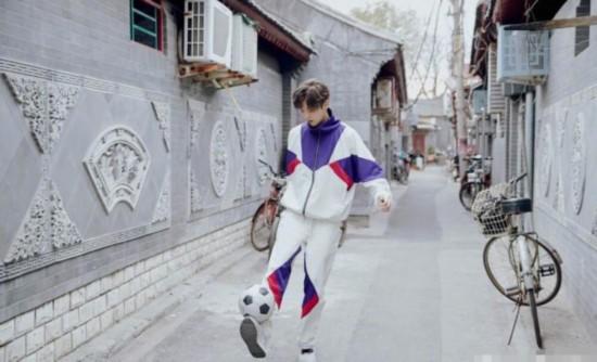 鹿晗晒帅照现身胡同踢足球 穿运动装秀球技青春阳光
