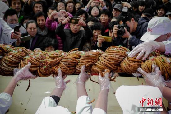 118斤巨型麻花亮相天津麻花文化节