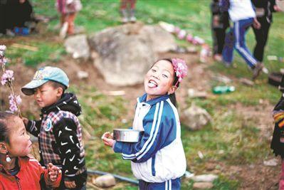 """走进四川凉山的广东志愿者:用支教寻找""""诗和远方""""--教育--人民网"""