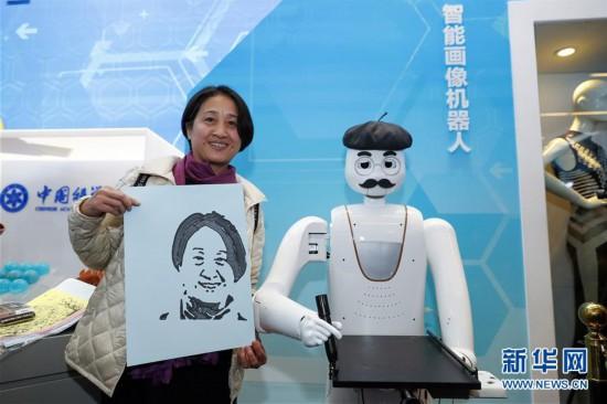 (文化)(1)在改革开放40周年展览上体验科技互动